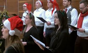 zdjęcie na którym osoby śpiewają , chór