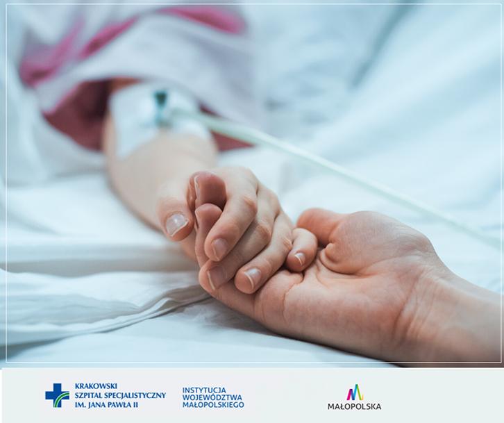 kolorowe zdjęcie, osoba trzyma pacjenta za rękę