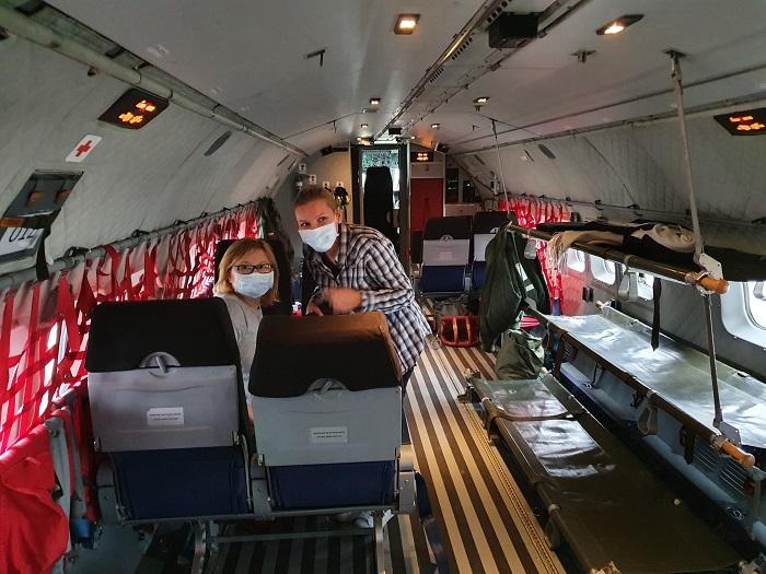 kolorowe zdjecie instrumentariuszki we wnętrzu samolotu