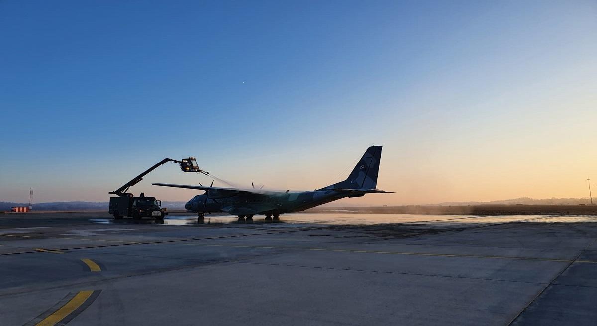 Zdjęcie samolotu na lotnisku w Balicach